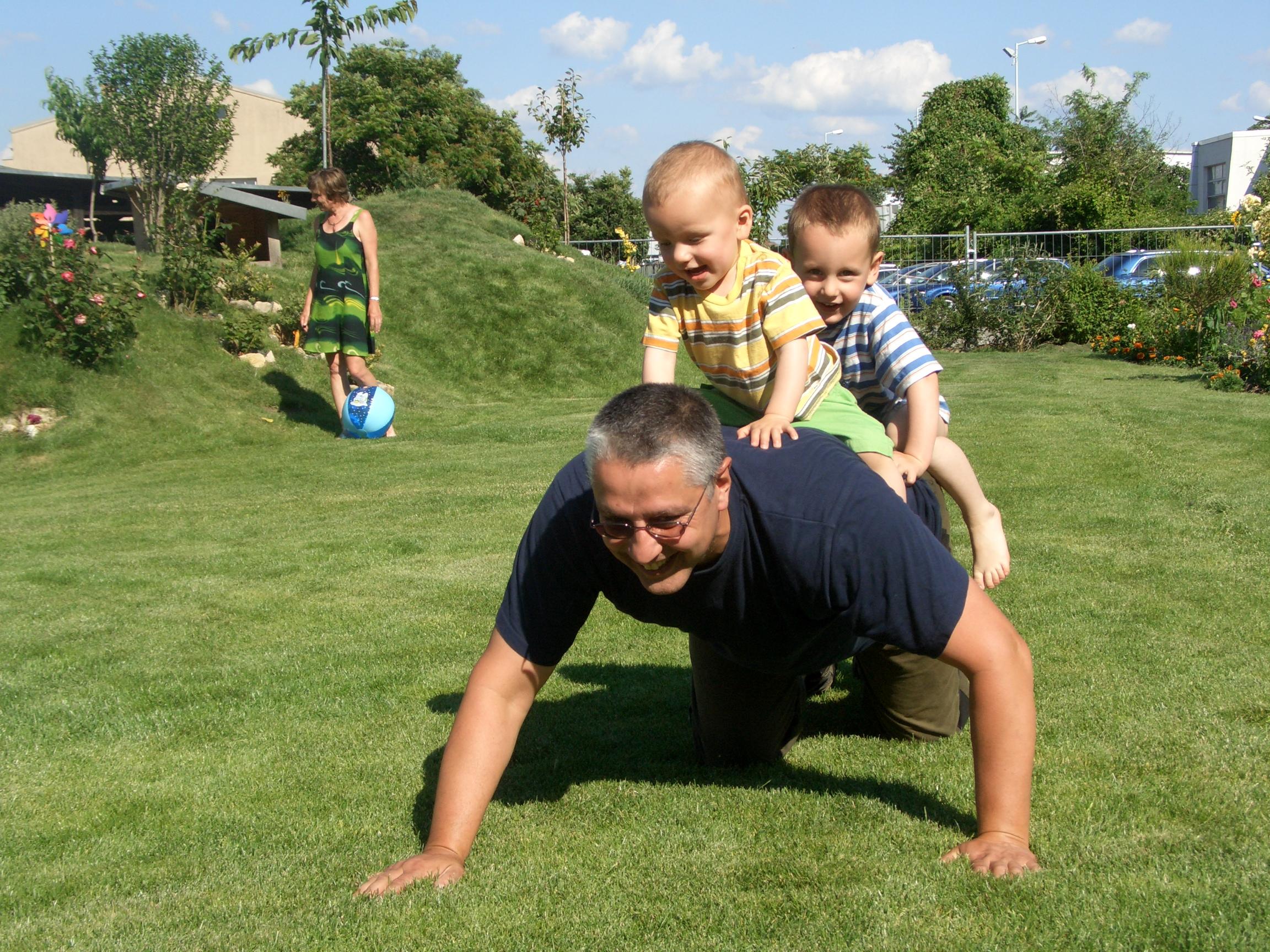 André Hüller spielt mit Söhnen Andy und Chris im Garten