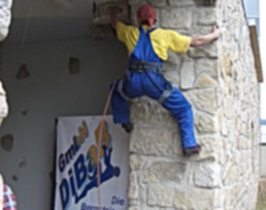 DiBaB Bergsteiger trainieren an Sandsteinfassade vom eigenen Firmensitz