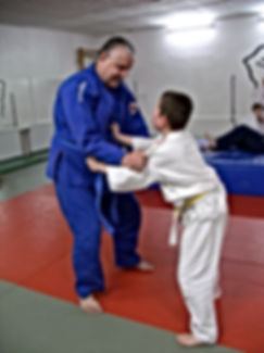 Andre Hüller trainiert mit seinen Söhnen Judo in Dresden