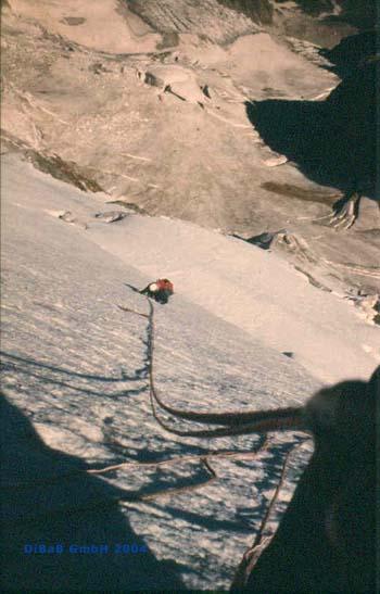 André Hüller klettert Eiswand 3b