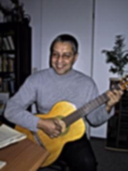 Andre Hüller beim Gitarrenspiel