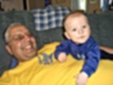 Andre Hüller mit Sohn auf der Couch