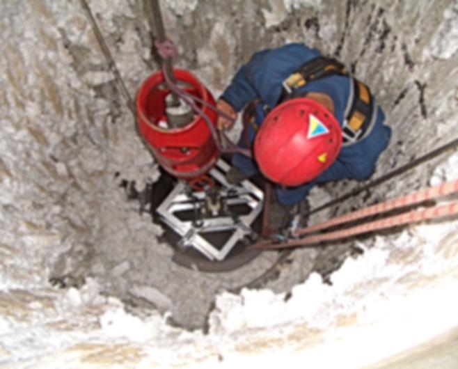 Arbeiten im Industrieschornstein durch DiBaB GmbH die Bergsteiger am Bau