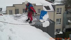 Schneeräumen auf Dach