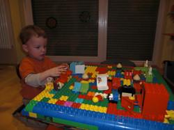 André Hüller spielt mit seinen SöhnenAndy und Chris Lego Duplo