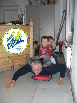 André Hüller beim Spiel mit Söhnen