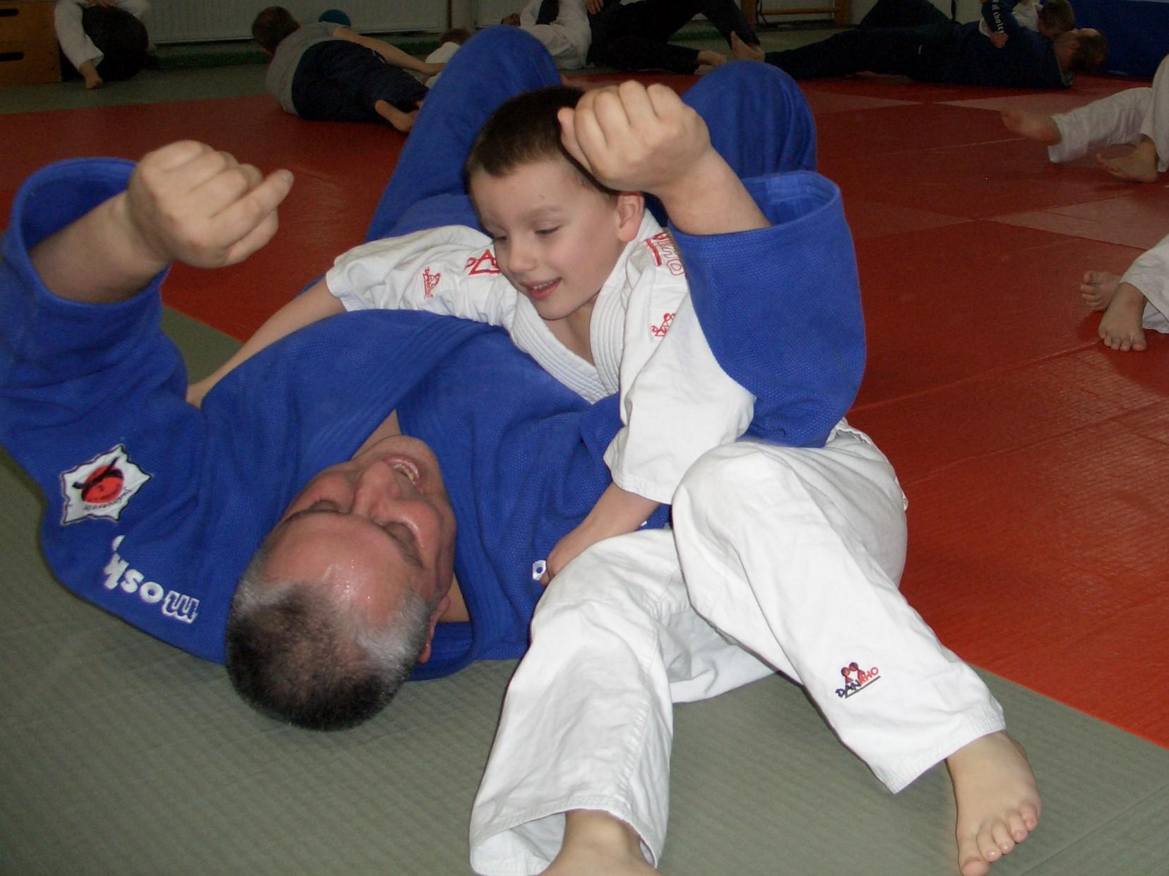 André Hüller trainiert Judo mit Sohn Chris Hüller