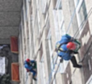 Fassadensicherung durch die DiBaB GmbH die Bergsteiger am Bau