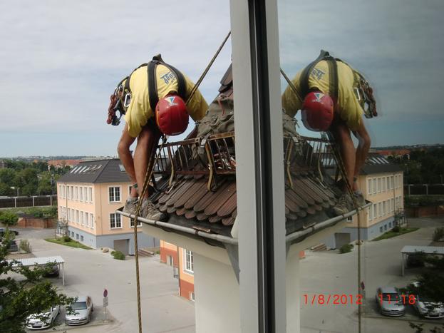 Dachsteiger Dresden, Dachreparatur Dresden, Dacharbeit ohne Gerüst Dresden, Dach reparieren Dresden, Dachrinne Dresden, Dachschaden Dresden, Dachrinnenreinigung Dresden, Dachdecker Dresden, Dachkletterer Dresden, Bergsteiger Dresden, Industriekletterer Dresden, Freital, Radebeul