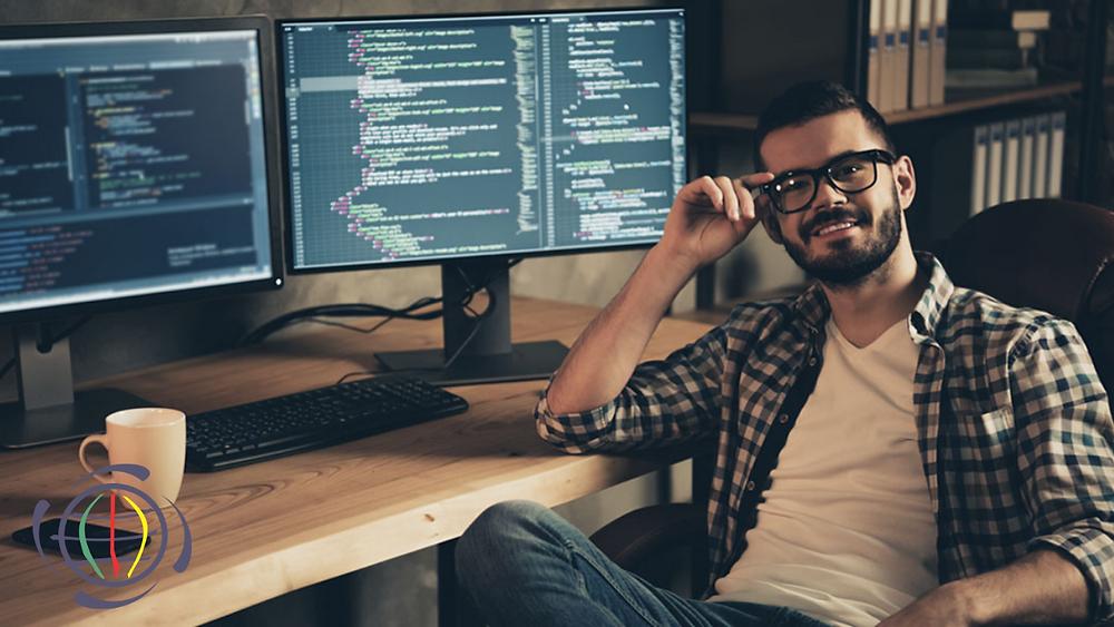 Um programador feliz com seu trabalho após criar um website
