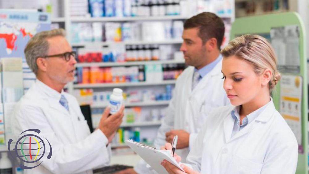Farmacêuticos em seu dia a dia de trabalho, fazendo anotações e recebendo treinamento.
