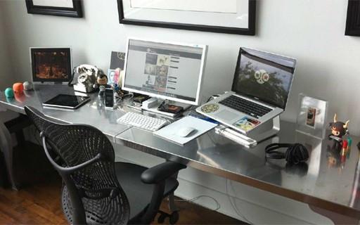 Escritório em casa todo organizado e com todos os equipamentos necessários para realizar um bom trabalho