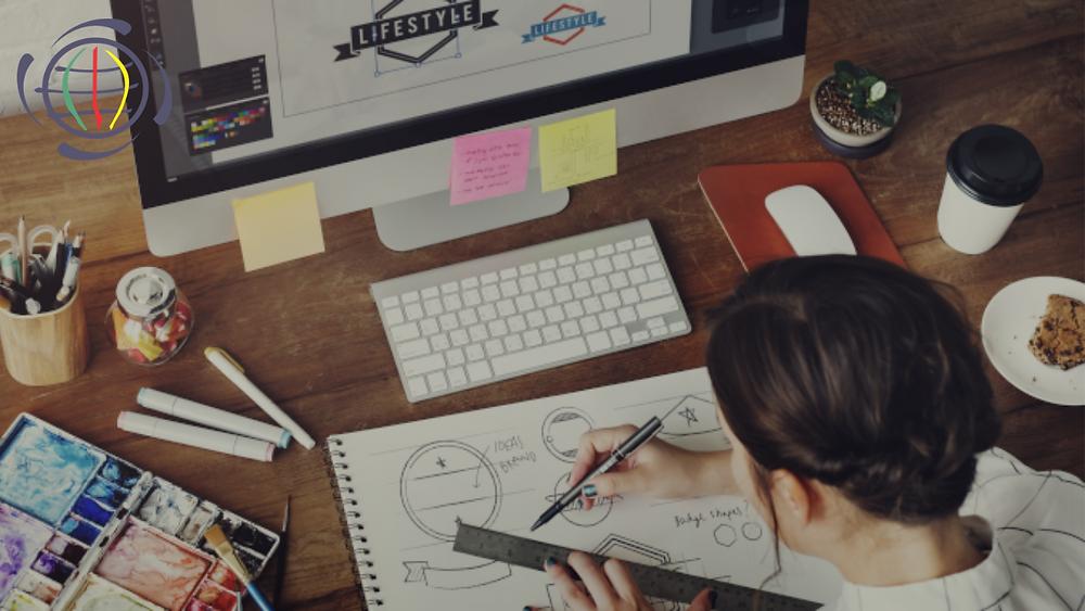 Um designer em seu dia de trabalho, desenhando novos logotipos e construindo uma identidade visual para esses logotipos.
