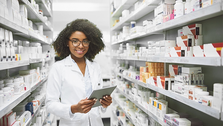 Atendente de farmácia realizando o controle de estoque