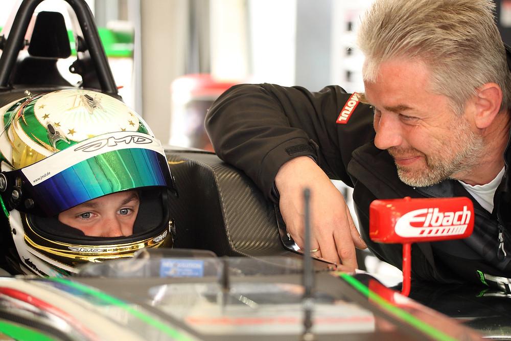 Das Talent und sein Mentor: Andreas Estner sitzt in seinem Formel 4-Wagen in der Box und geht im Kopf nochmal die Strecke durch. Sein Papa Franz ist immer in seiner Nähe und gibt Tipps.© Tilo Wondolleck