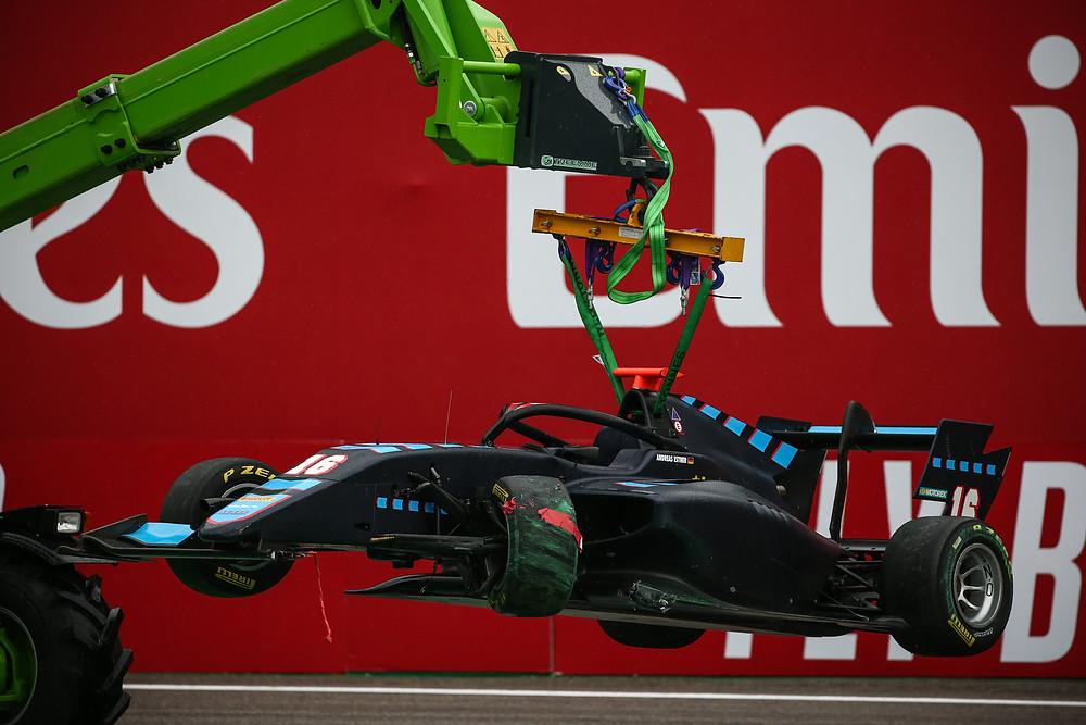 Am Abschlepphaken: Andreas Estners Formel 3-Wagen nach dem Einschlag in die Mauer in Monza.© Paolo Pellegrini