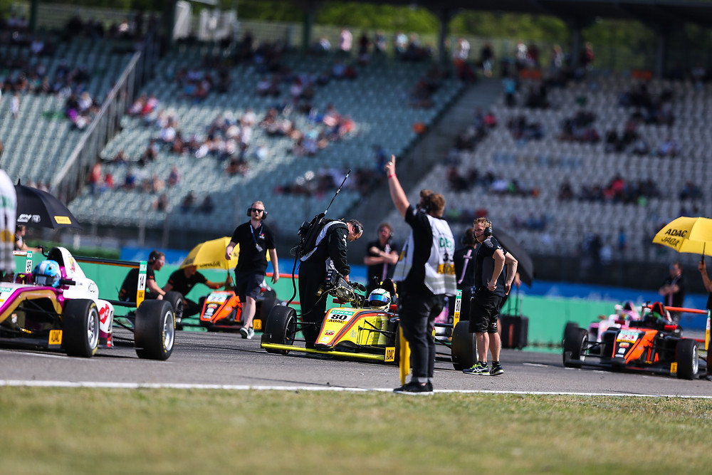 Im Fokus: Ein Kamerateam filmt Andreas Estner in der Startaufstellung des ADAC Formel4-Rennens auf dem Hock enheimring. Dort fand der zweite Lauf der Nachwuchsserie statt. © Gruppe C Photography (KN)