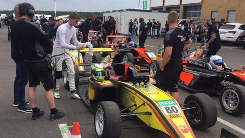 Jeder Handgriff sitzt perfekt: Unter den Augen seiner Mechaniker bereitet sich Andreas Estner (im weißen Rennanzug) auf den Start des Formel 4-Rennens am Lausitzring vor. © KN