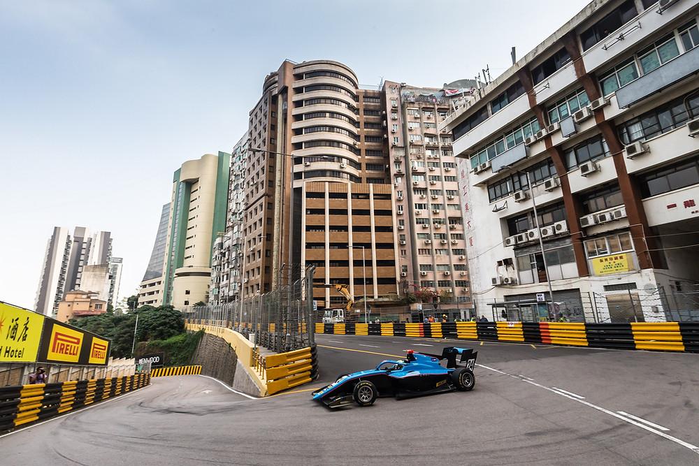 Fast wie in Monaco: Andreas Estner steuert seinen Formel3-Boliden durch die Straßen von Macau.© Privat