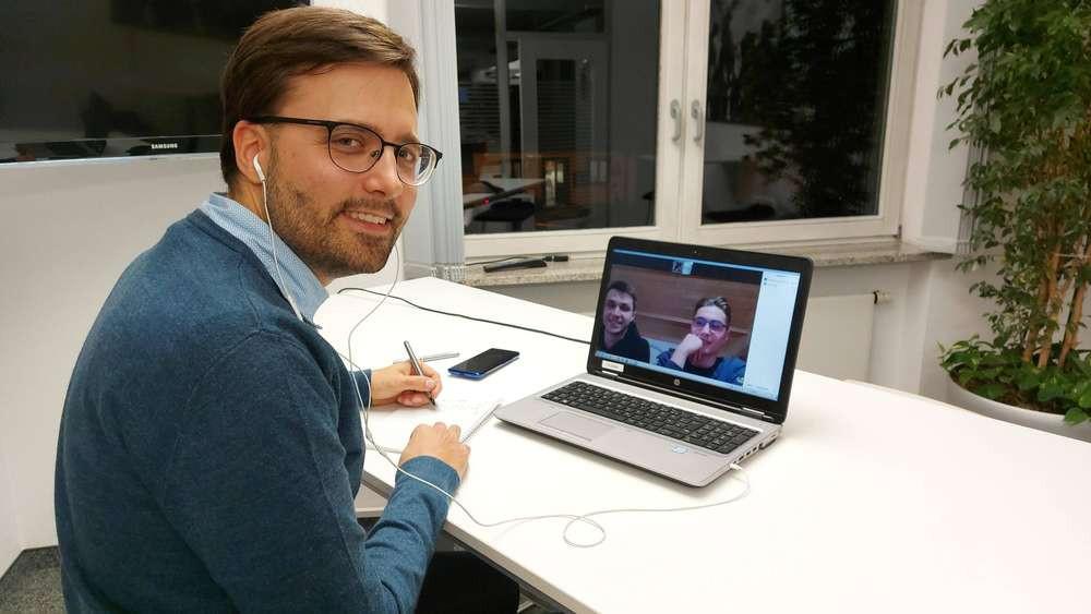 Interview in Corona-Zeiten: Redakteur Sebastian Grauvogl mit Andreas und Sebastian Estner.© Sebastian Schuch