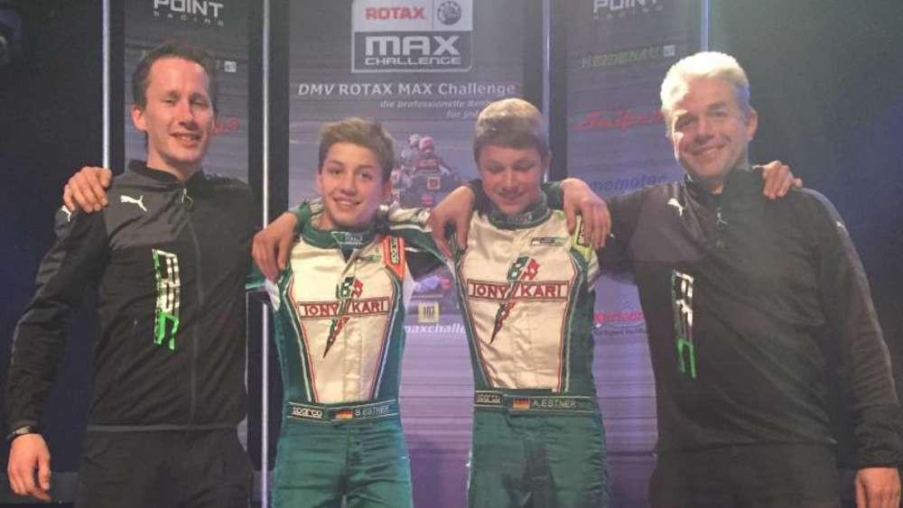 Ein echtes Siegerteam: (ab 2.v.l.) Sebastian und Andreas Estner mit Papa und Mechaniker Franz und Bob Oude Essink Nijhuis (l.), der für Sebastian schraubt.© kn