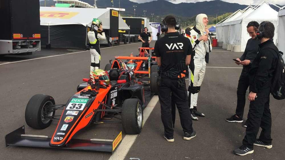Bleibt keine Ausnahme: Sebastian Estner (3.v.r.) bei seinem Gaststart für Van Amersfoort-Racing in der italienischen Formel4. Heuer fährt er die ganze Saison für das Team in der deutschen Serie. Sein Bruder Andreas (hinten l.) hat sich hingegen ein Cockpit bei Jenzer Motorsport in der Formel3 gesichert (wir berichteten). © Privat