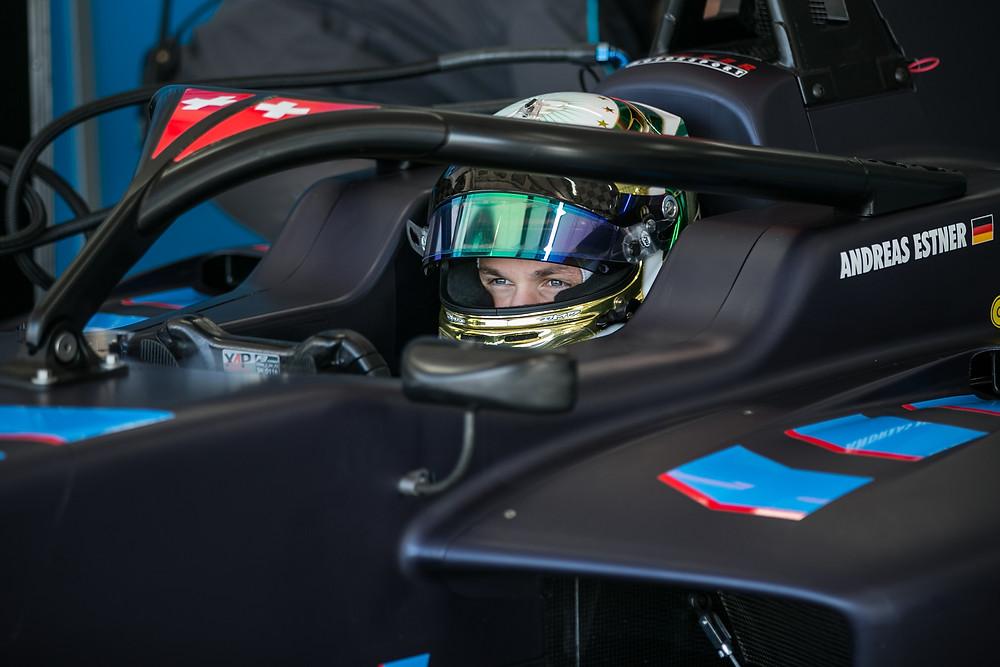 Im neuen Cockpit angekommen: Andreas Estner fährt 2019 für das Schweizer Team Jenzer Motorsport in der Formel3. Beim Test in Le Castellet saß er zum ersten Mal im neuen Auto – und war schon gut unterwegs.© Paolo Pellegrini