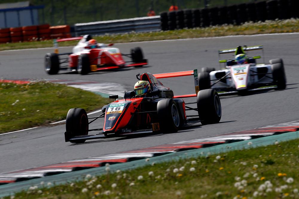 Zurück im Cockpit: Sebastian Estner (vorne) hat sich beim Saisonauftakt der Formel4 in Oschersleben gut geschlagen. Zwei neunte Plätze machen Hoffnung.© Alexander Trienitz