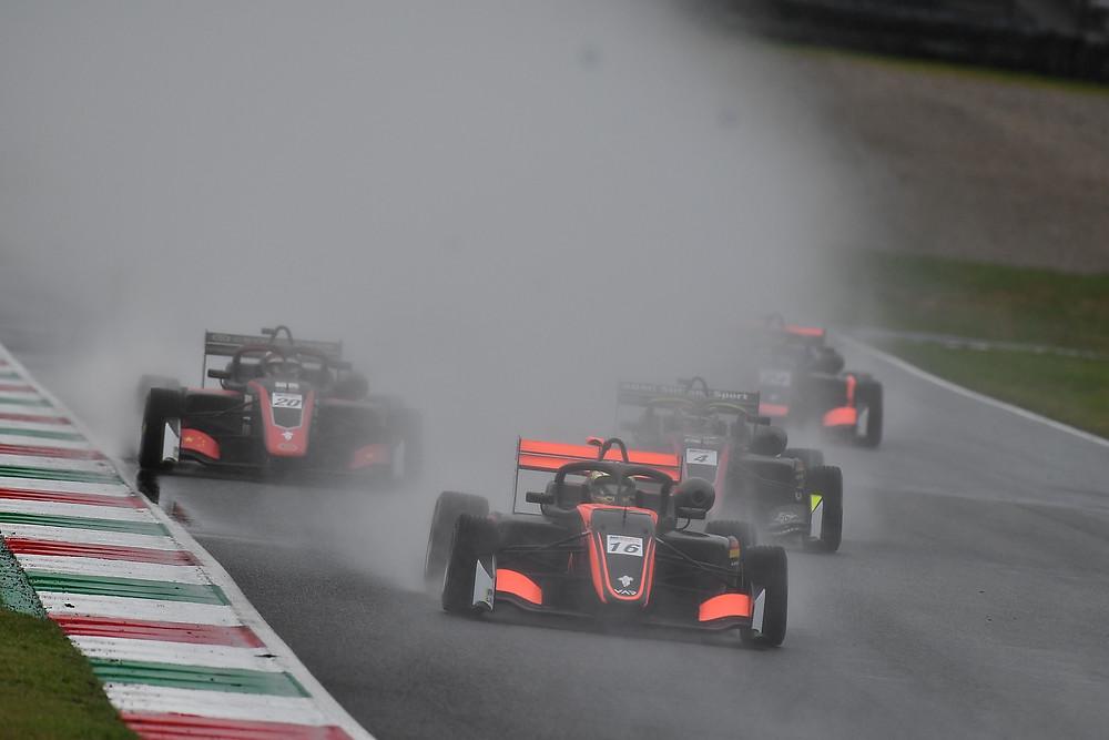Blindflug in der Gischt: Andreas Estner (vorne) und seine Verfolger kämpfen in Mugello mit schlechter Sicht.© Van Amersfoort Racing