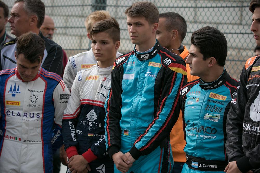 In sich gekehrt: Andreas Estner (M.) bei der offiziellen Schweigeminute der Formel-3-Piloten für den im Formel-2-Rennen in Spa-Francorchamps tödlich verunglückten Anthoine Hubert.© Privat