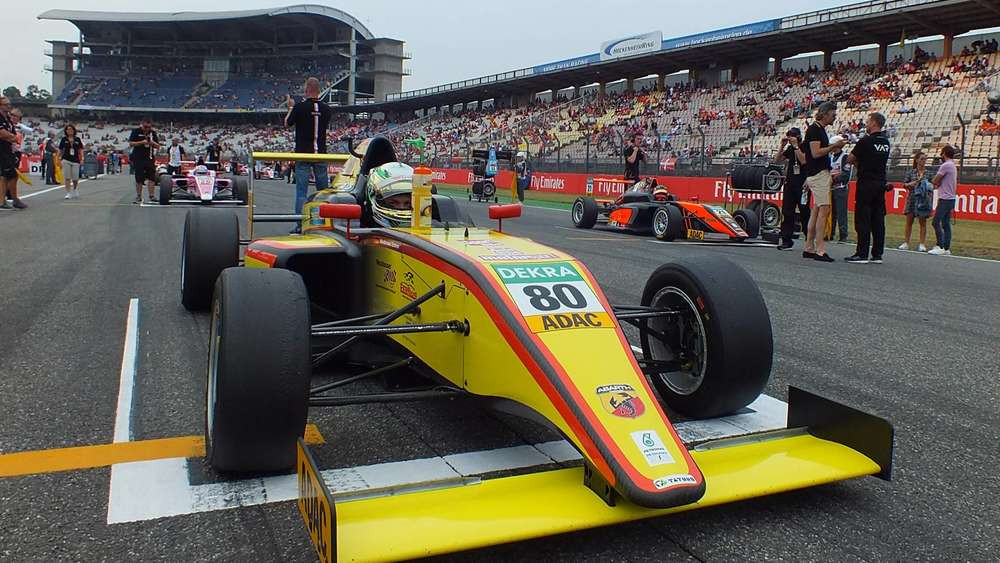 Was für eine Kulisse: Andreas Estner steht mit seinem Formel 4-Renner in der Startaufstellung auf dem Hockenheimring. Keine Stunde vorher ist hier noch die Formel 1 gefahren.© Sebastian Grauvogl