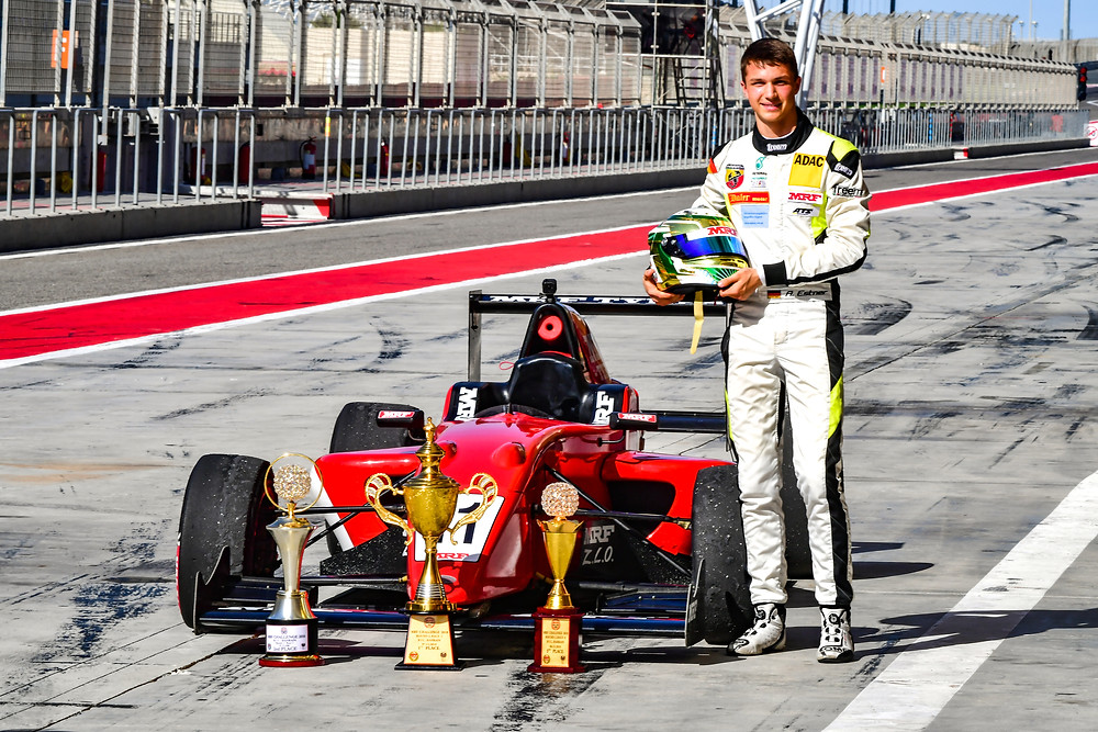 Was für eine Ausbeute: Andreas Estner hat seine drei Pokale vor seinem MRF-Renner in der Boxengasse des Grand-Prix-Kurses in Bahrain aufgereiht.© Aditya Bedre