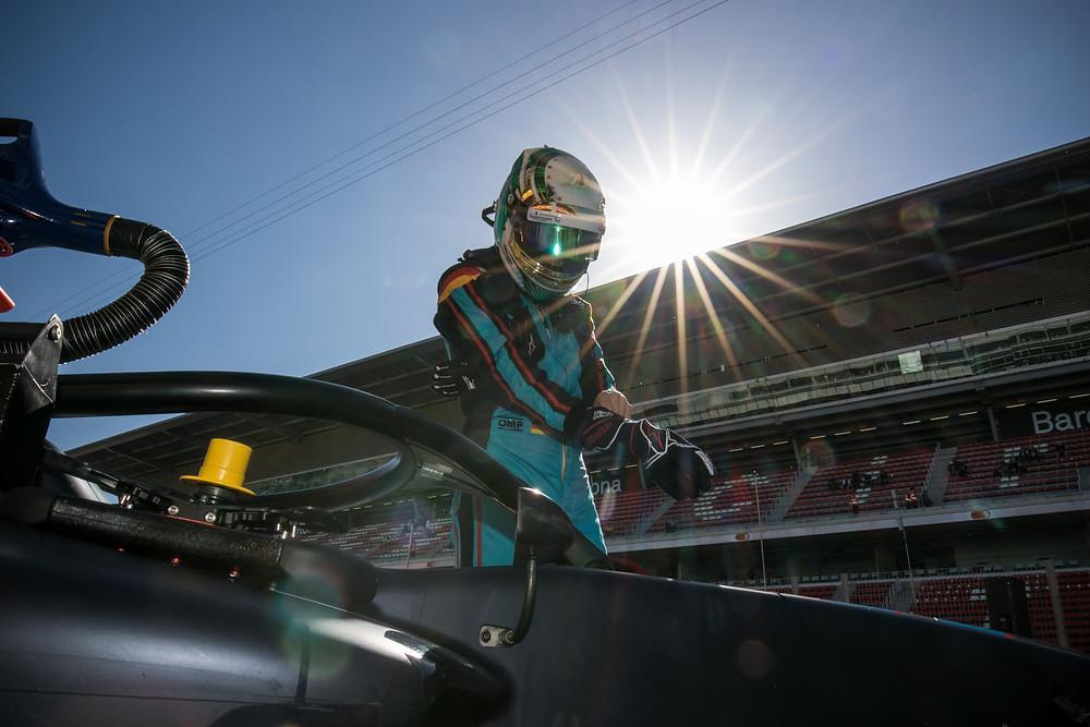 Premiere unter der spanischen Sonne: Andreas Estner macht sich für sein erstes Formel-3-Rennen im Auto des Schweizer Teams Jenzer Motorsport bereit.© Paolo Pellegrini