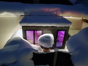 Blick auf die Sauna im Winter