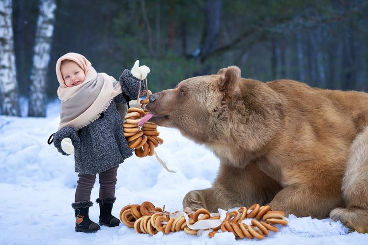 Девочка. Баранки. Медведь.