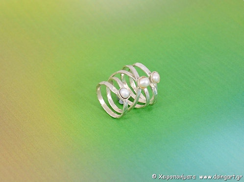 Σφυρήλατο ασημένιο δακτυλίδι με λευκά μαργαριτάρια