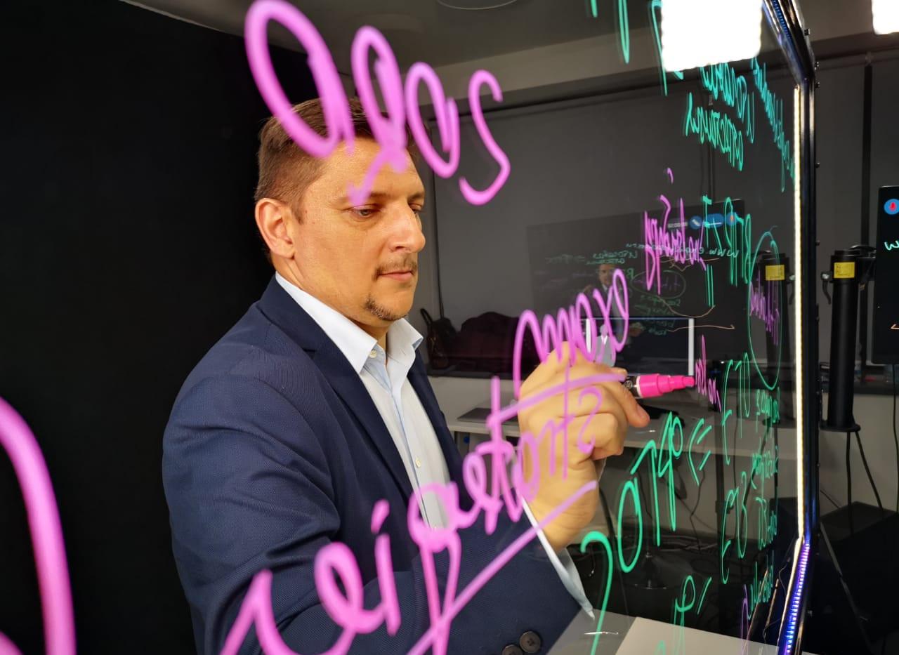 яркие маркеры на прозрачной доске.jpg