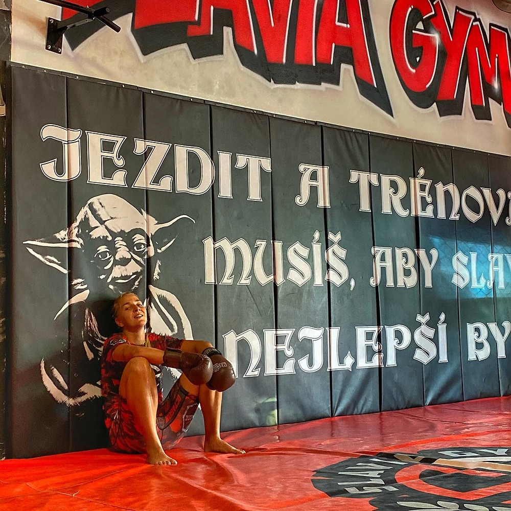 Česká fotbalistka, hráčka Slavia Praha, která se také na špičkové úrovni věnuje také boxu