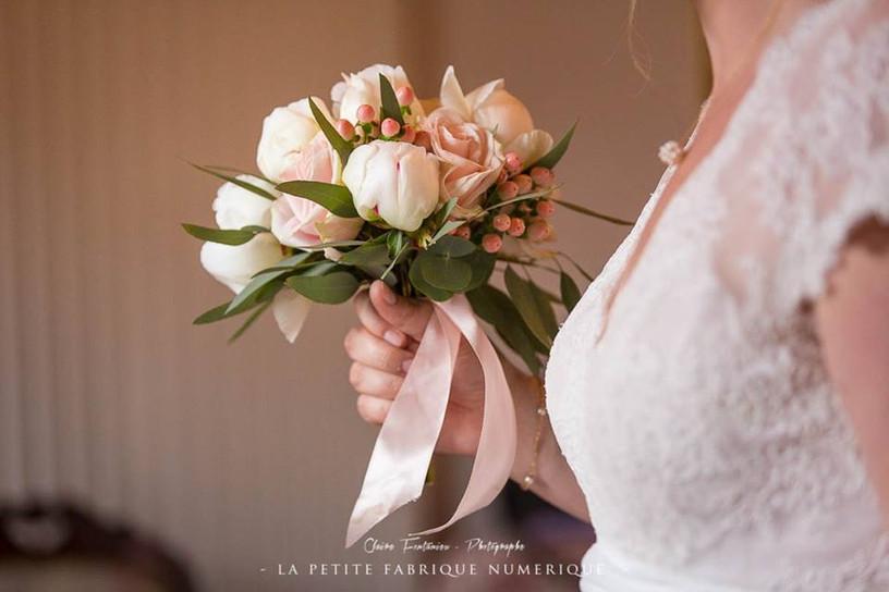 Bouquet de mariée rond blanc rose poudré