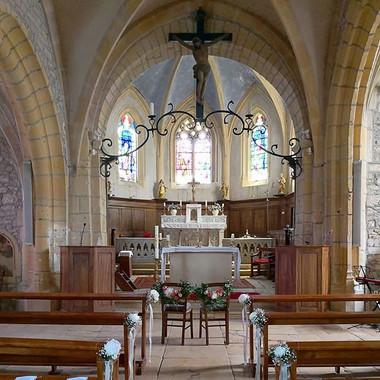 Le chemin vers l'autel à l'église de Jar