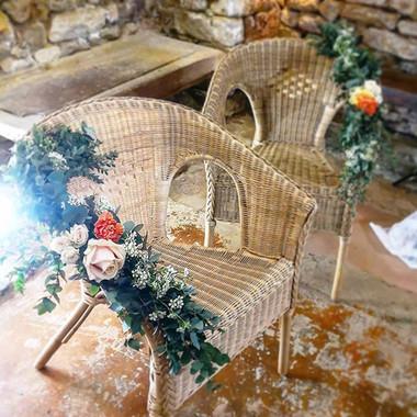 Guirlande de fleurs chaises des mariés