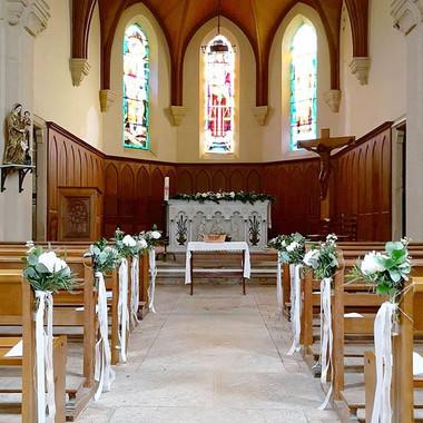 Bout de banc d'église fleurs blanches