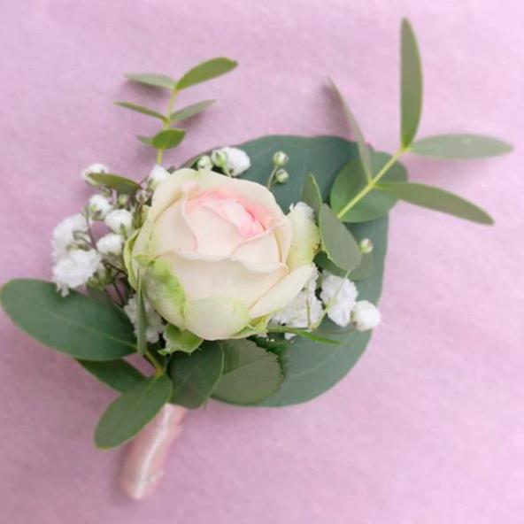 Boutonnière rose poudré gypso eucalyptus