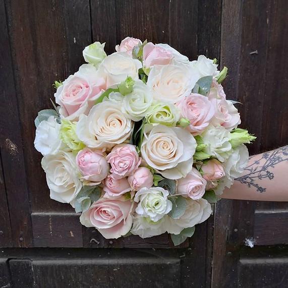 Bouquet-de-mariee-rond-blanc-rose-poudre