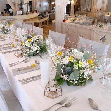 Centre de table mariés blanc bleu jaune