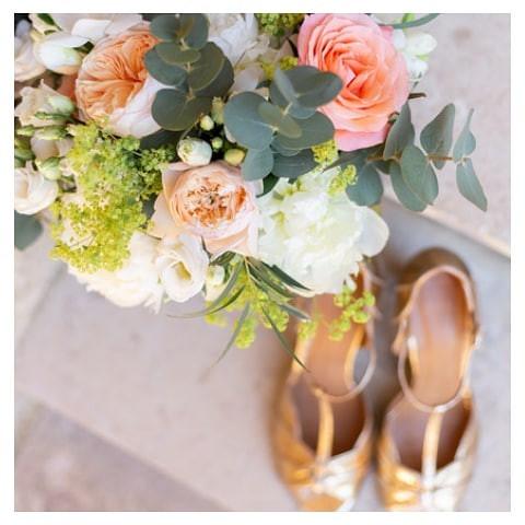 Un bouquet et de jolis souliers dorés 🌟