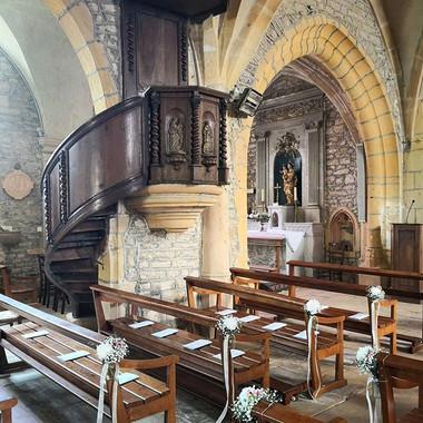 Bout de bancs à l'église de Jarnoux