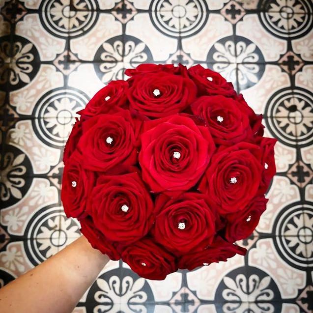 Bouquet-de-mariee-rond-rose-rouges-diama