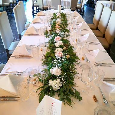 Chemin de table mariées eucalyptus rose.