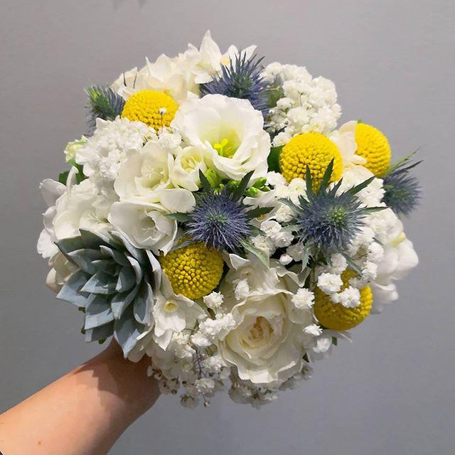 Bouquet-de-mariee-rond-blanc-bleu-jaune-